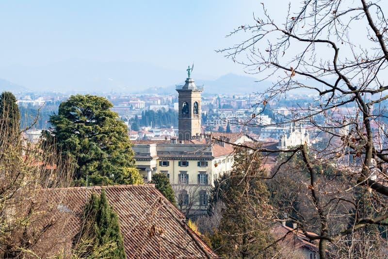 sobre vista de una ciudad más baja de Bérgamo con la iglesia fotos de archivo libres de regalías
