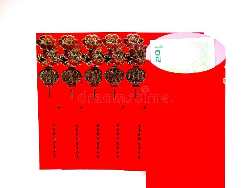 Sobre y dinero rojos en el fondo blanco fotos de archivo libres de regalías