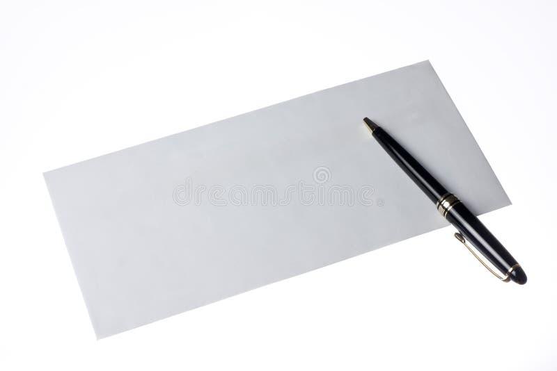 Sobre y pluma foto de archivo libre de regalías