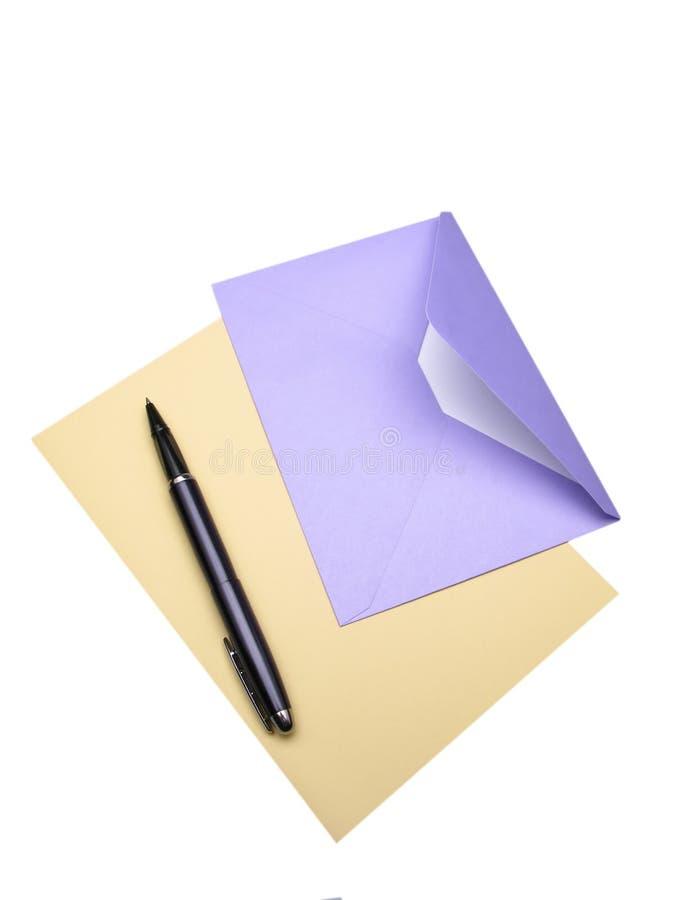 Sobre y pluma imagen de archivo libre de regalías