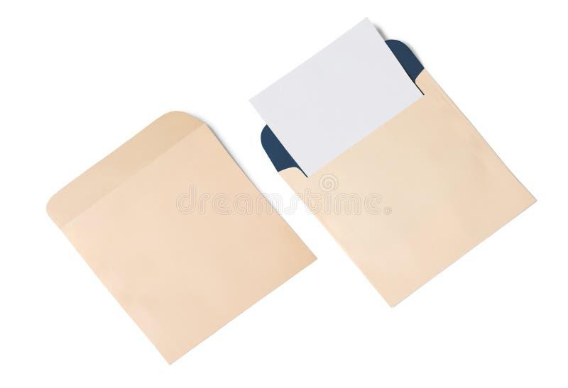 Sobre y postal blancos en un fondo, visión superior Maqueta en blanco del sobre imagenes de archivo