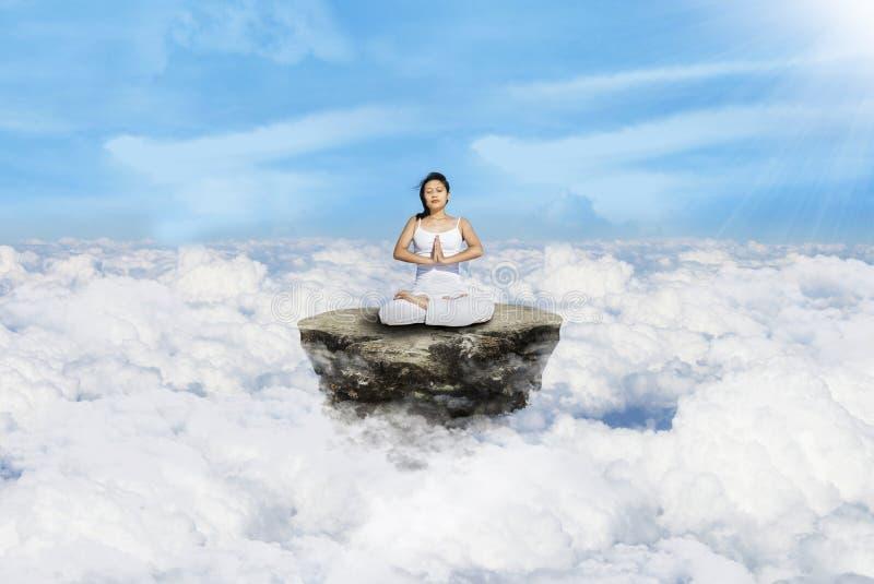 Sobre yoga de las nubes en blanco imágenes de archivo libres de regalías