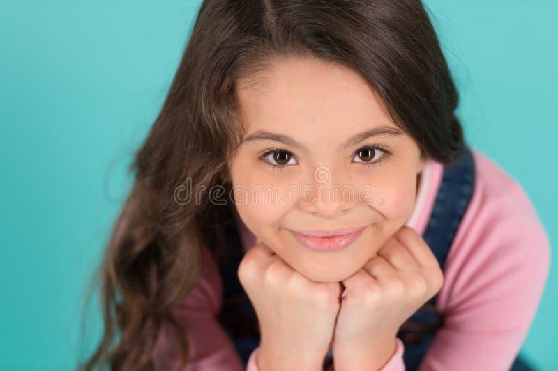 Sobrecarga del Cuteness La sonrisa feliz del niño disfruta de niñez Magro feliz sonriente adorable de la cara de la muchacha en l imagen de archivo libre de regalías