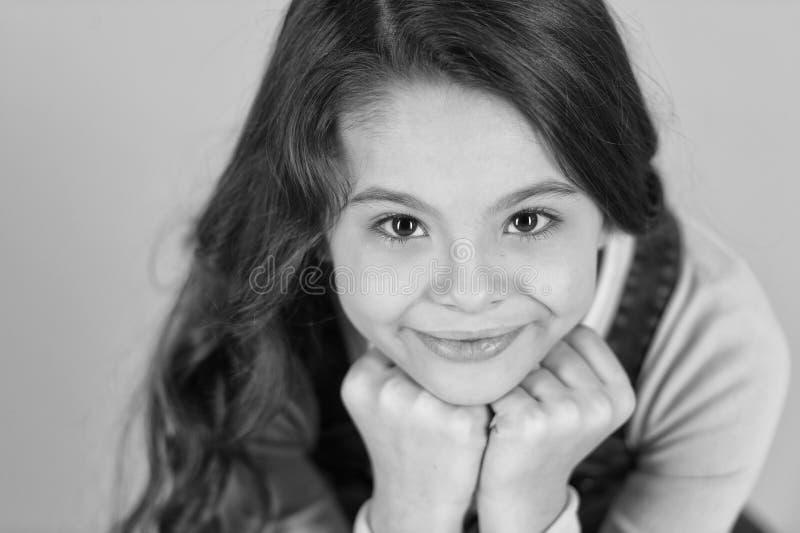 Sobrecarga del Cuteness La sonrisa feliz del niño disfruta de niñez Magro feliz sonriente adorable de la cara de la muchacha en l imágenes de archivo libres de regalías
