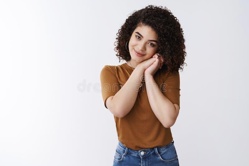 Sobrecarga del Cuteness Muchacha rizado-cabelluda joven 20s de la oferta sensual encantadora atractiva que suspira manos romantic fotos de archivo