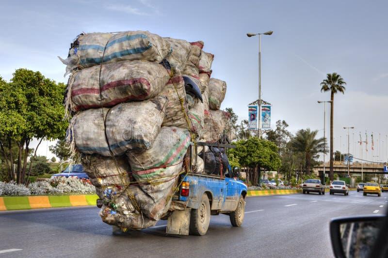 Sobrecargado con los bolsos de la basura, el vehículo se mueve en higway, Irán imágenes de archivo libres de regalías