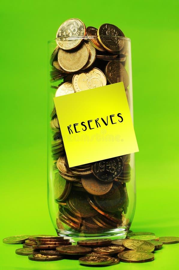 Sobrecarregue moedas no vidro com as reservas pegajosas das notas imagens de stock royalty free