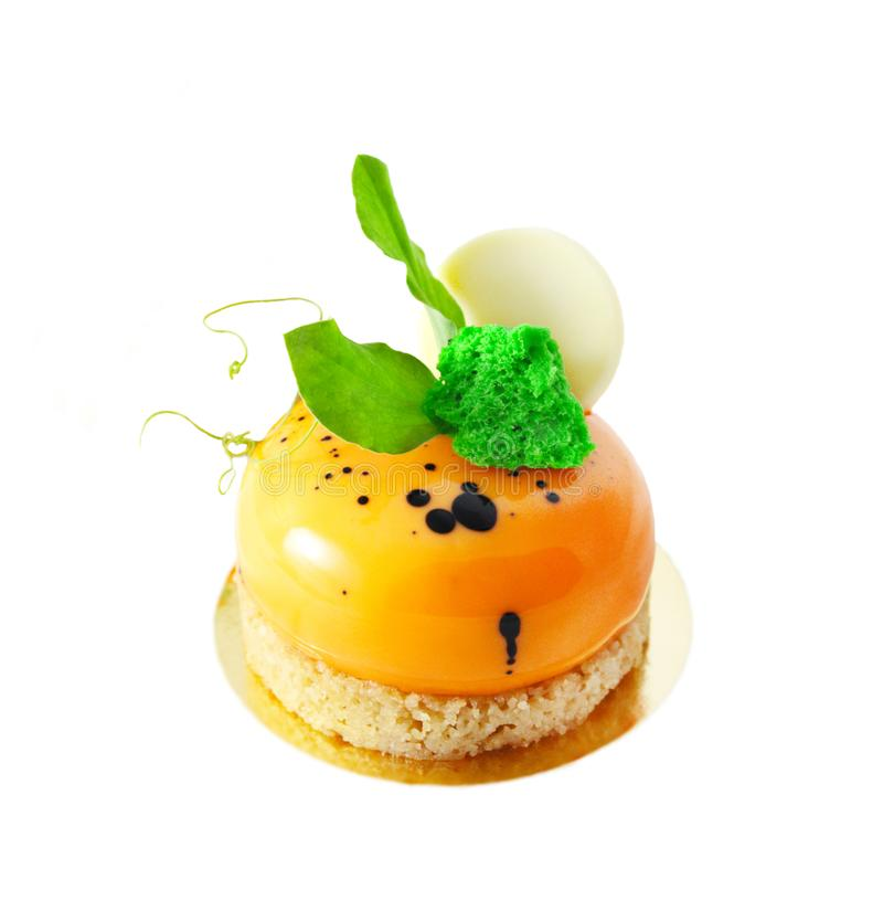 Sobremesa alaranjada do bolo de cenoura com folhas verdes e chocolate branco fotografia de stock