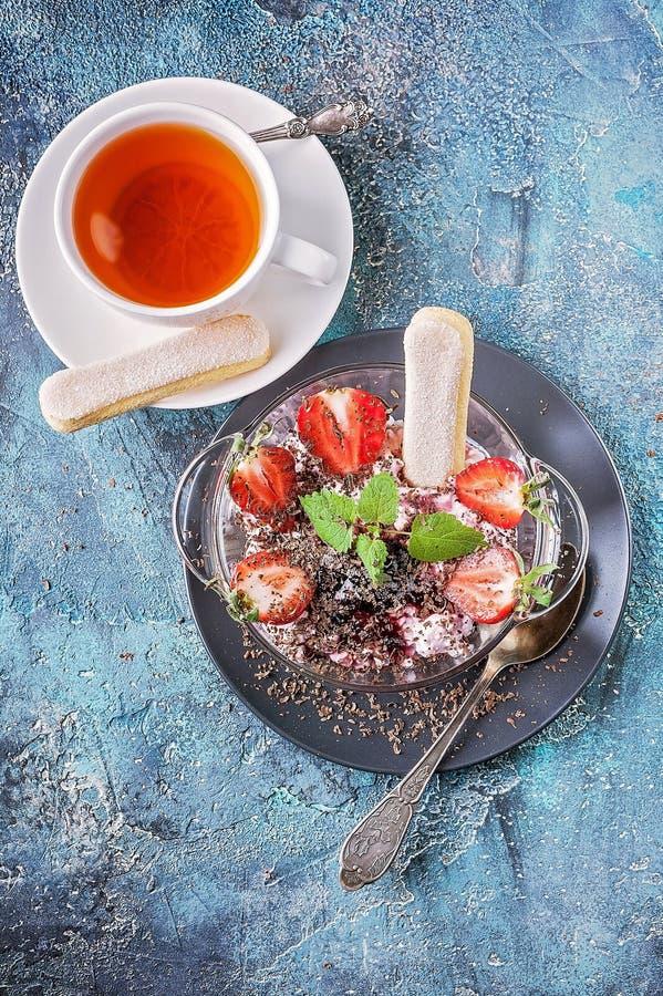 Sobremesa ascendente próxima do coalho Ch? do fruto, morangos frescas, folhas de hortel? e cookies de a??car fotografia de stock