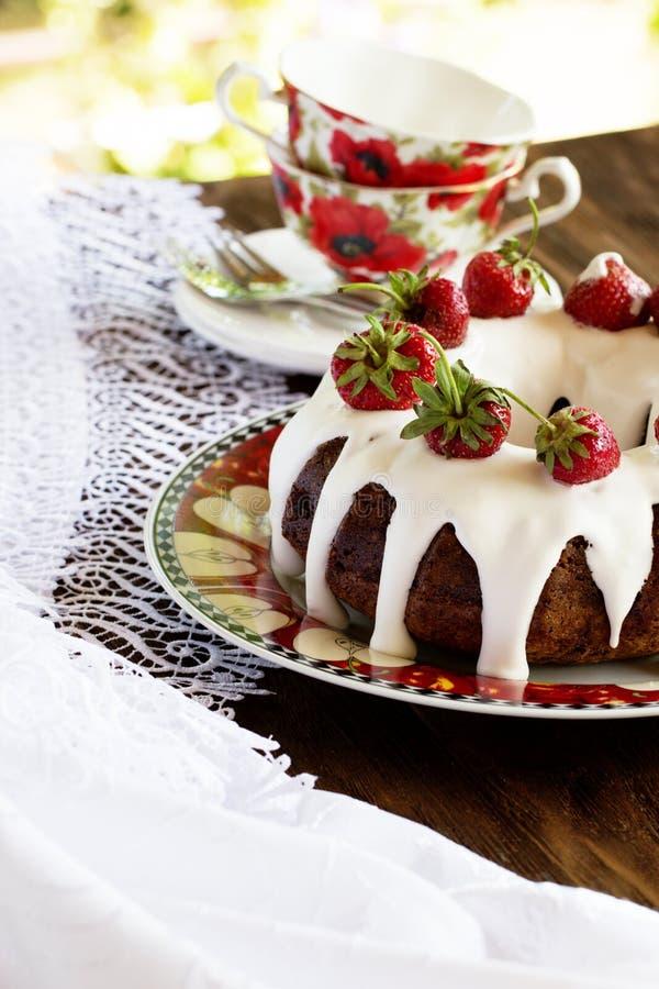 Linda sobremesa: bolo de chocolate com nozes em um close