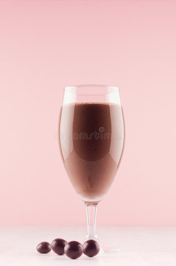 Sobremesa clara excelente com bolas do chocolate, chantiliy do chocolate de leite, palha vermelha no fundo cor-de-rosa elegante m foto de stock