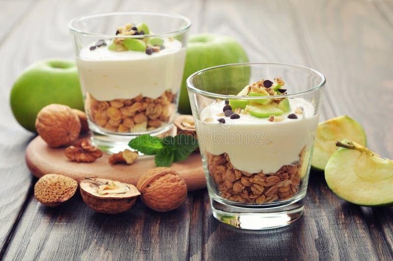 Sobremesa com iogurte e granola fotografia de stock royalty free