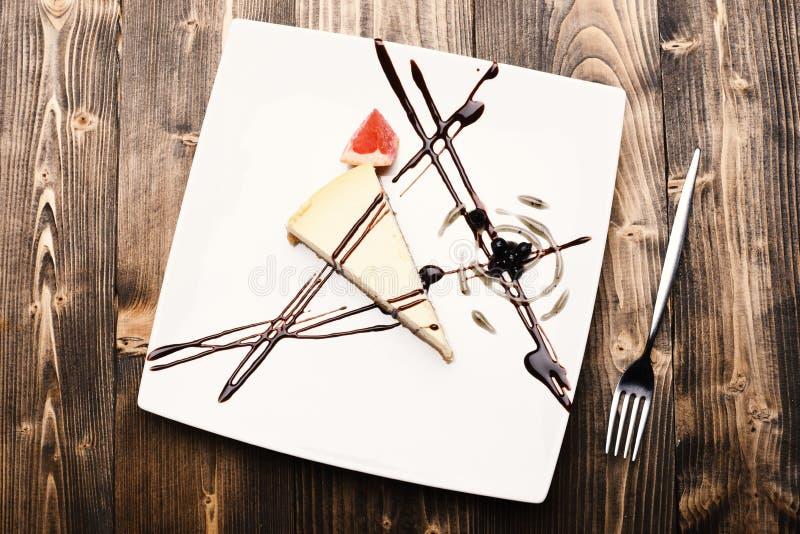 Sobremesa com linhas do chocolate, mirtilos e decoração do triângulo da toranja imagens de stock