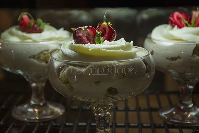 Sobremesa com morangos Creme delicado, fatias de bolo de esponja com as morangos foto de stock royalty free