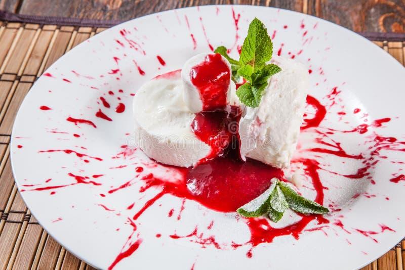 Sobremesa com o Marshmelow na placa imagem de stock