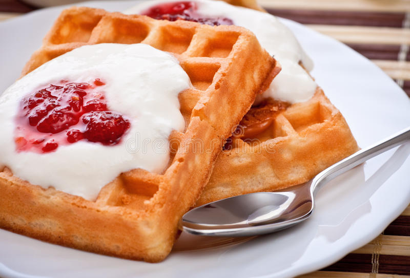 Sobremesa com waffle macio fotos de stock