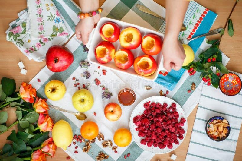 Sobremesa da maçã de cozimento foto de stock royalty free