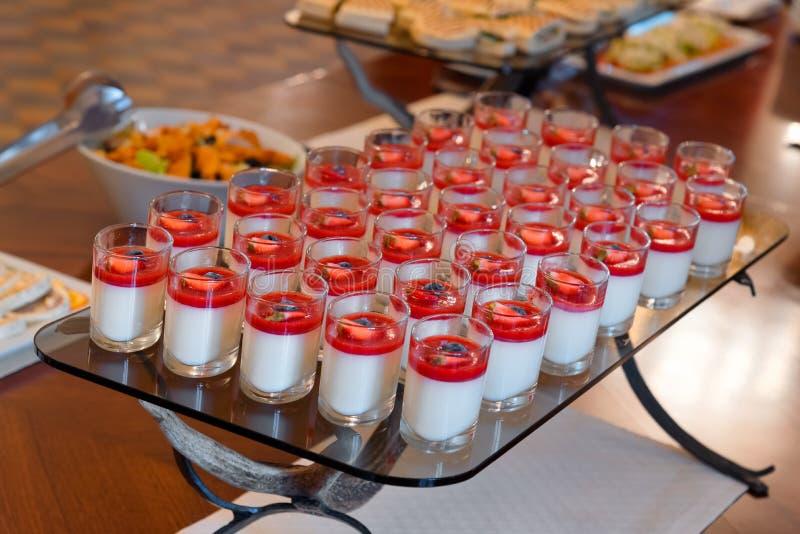 Sobremesa da morango, alimento de abastecimento, bufete do serviço do auto, tabela do partido foto de stock royalty free