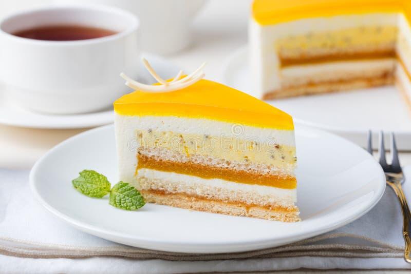 Sobremesa da musse do bolo do fruto de paixão, sabor tropical foto de stock