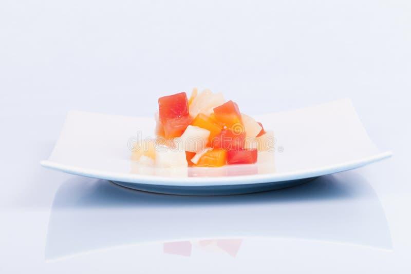 Sobremesa da salada de fruto tropical no prato oriental e isolada no wh imagem de stock royalty free