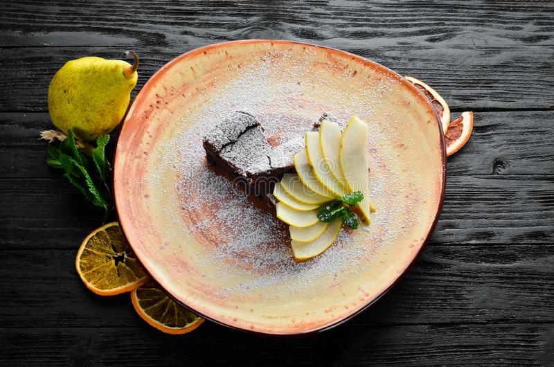 Sobremesa das brownies do chocolate com pera Sobremesa, pastelaria Em um fundo de madeira fotos de stock