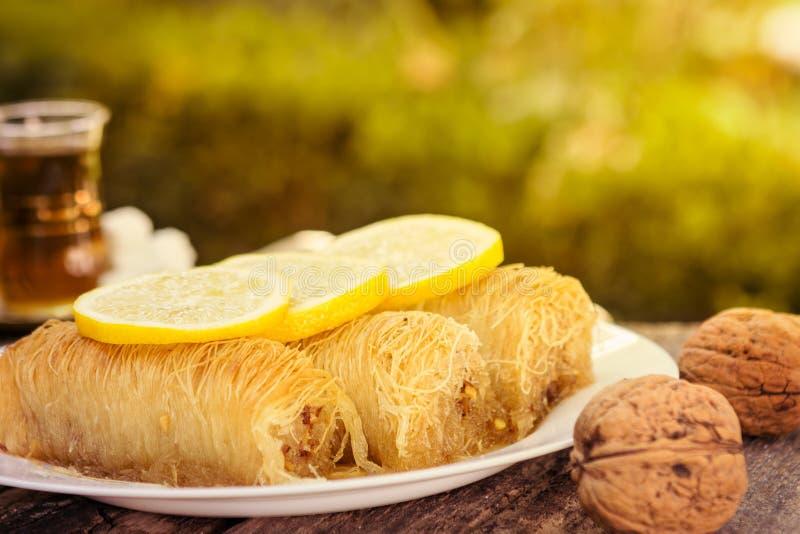 Sobremesa de Kataif das porcas e do xarope doce imagens de stock