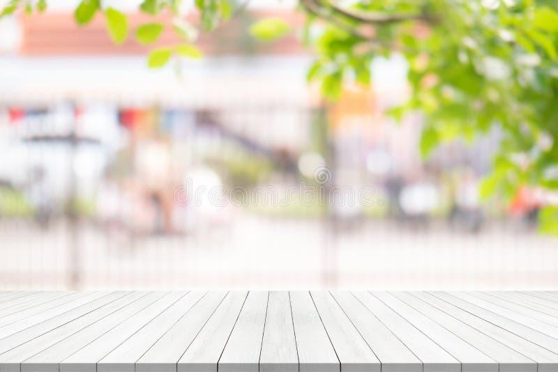 Sobremesa de madera blanca en fondo borroso del jardín, espacio para el montaje su producto fotos de archivo libres de regalías