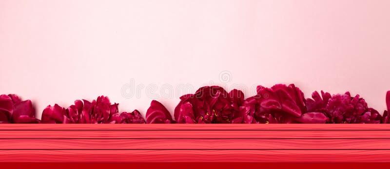 Sobremesa de madera blanca vacía en fondo peiny de la pared de las flores fotos de archivo