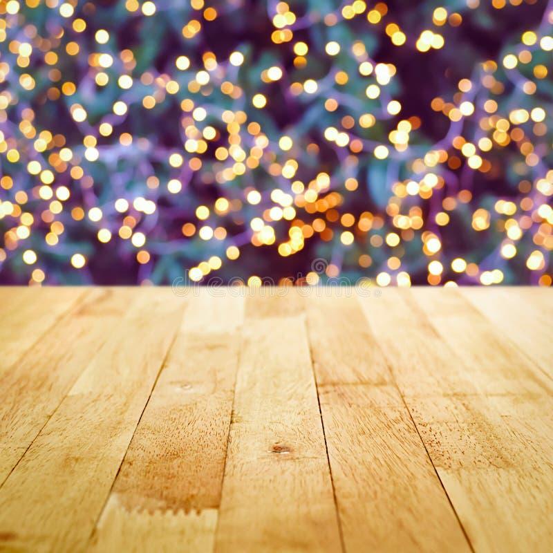 Sobremesa de madera con el bokeh de la luz decorativa en tre de la Navidad imágenes de archivo libres de regalías