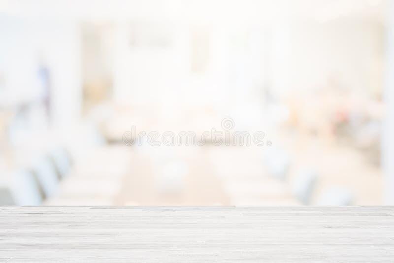 Sobremesa de madera en blanco en el fondo del restaurante del fondo o del café de la cafetería Blurred para el presente del produ fotos de archivo libres de regalías