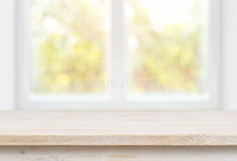 Sobremesa de madera en fondo borroso del edificio de la pared de la ventana de cristal imagen de archivo libre de regalías