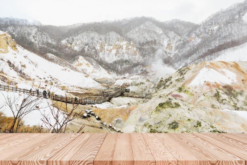 Sobremesa de madera en Jugokudani o valle del infierno en Noboribetsu, Hokkaido, Japón imágenes de archivo libres de regalías