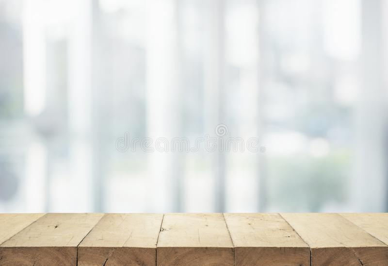 Sobremesa de madera en los grandes almacenes abstractos blancos de la forma del fondo fotografía de archivo
