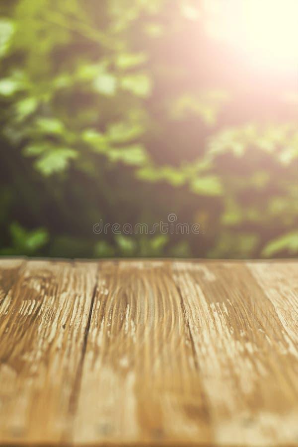 Sobremesa de madera rústica vacía en fondo borroso del perejil en th imágenes de archivo libres de regalías