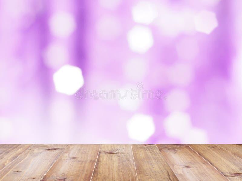 Sobremesa de madera sobre fondo blured extracto violeta imagen de archivo libre de regalías