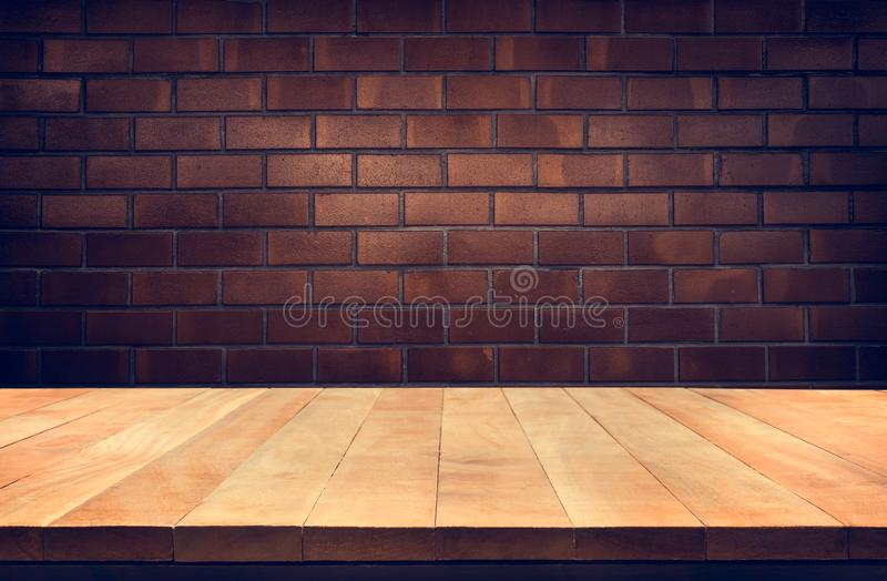 Sobremesa de madera vacía con el fondo de la pared de ladrillo de Brown imagen de archivo libre de regalías