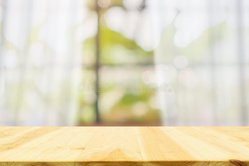 Sobremesa de madera vacía con la ventana blanca de la cortina de la falta de definición fotos de archivo libres de regalías