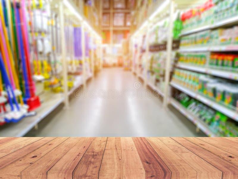 Sobremesa de madera vacía en estante en fondo borroso supermercado foto de archivo libre de regalías