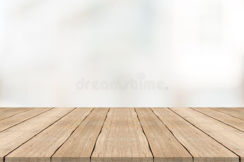 Sobremesa de madera vacía en fondo borroso blanco fotografía de archivo