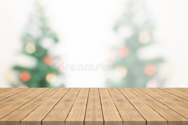 Sobremesa de madera vacía en fondo borroso de la camiseta de la Navidad imagenes de archivo