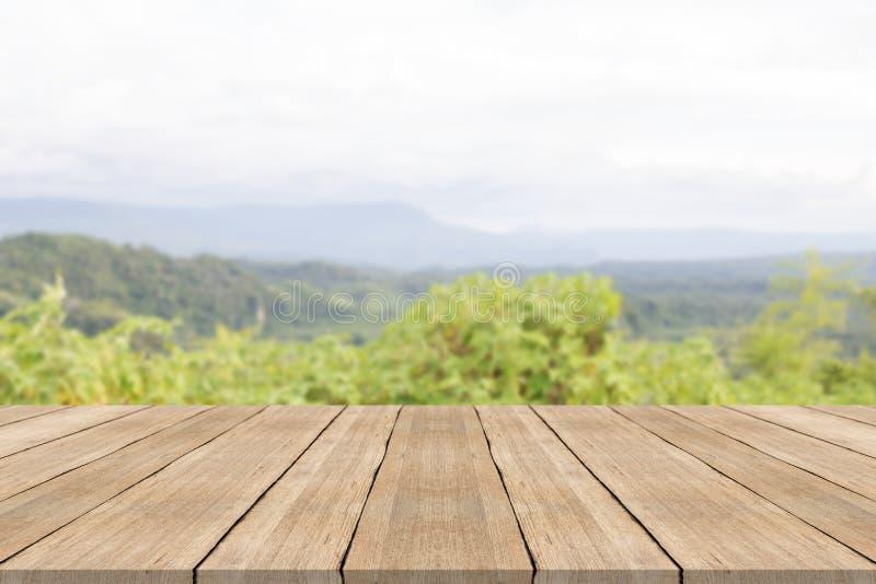Sobremesa de madera vacía en fondo borroso en la montaña foto de archivo