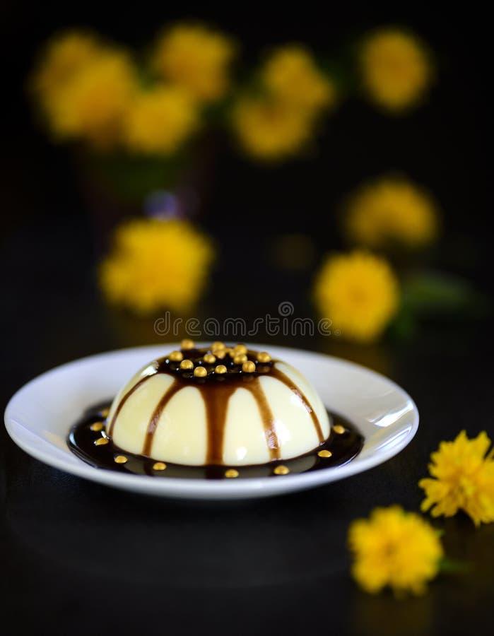 Sobremesa de Pannacotta com flores imagem de stock