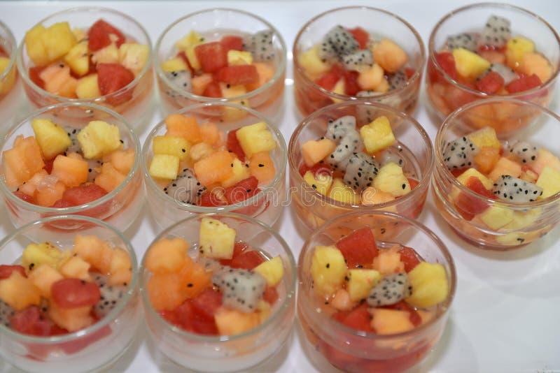 Sobremesa do alimento de dedo: Salada de frutos frescos na bacia de vidro fotos de stock royalty free