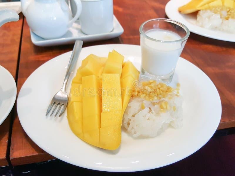 Sobremesa do arroz pegajoso da manga fotos de stock