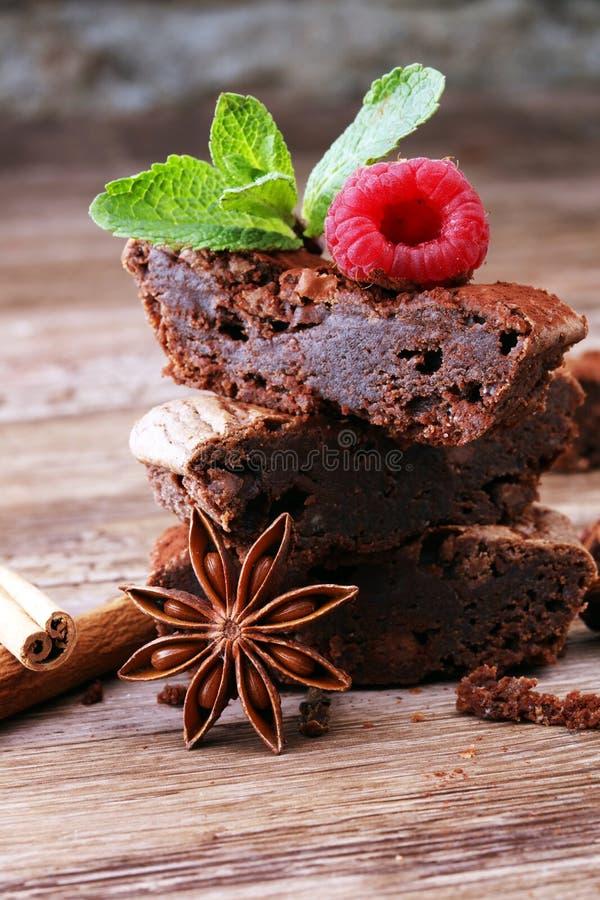 Sobremesa do bolo da brownie do chocolate com canela e especiarias em uma corte foto de stock