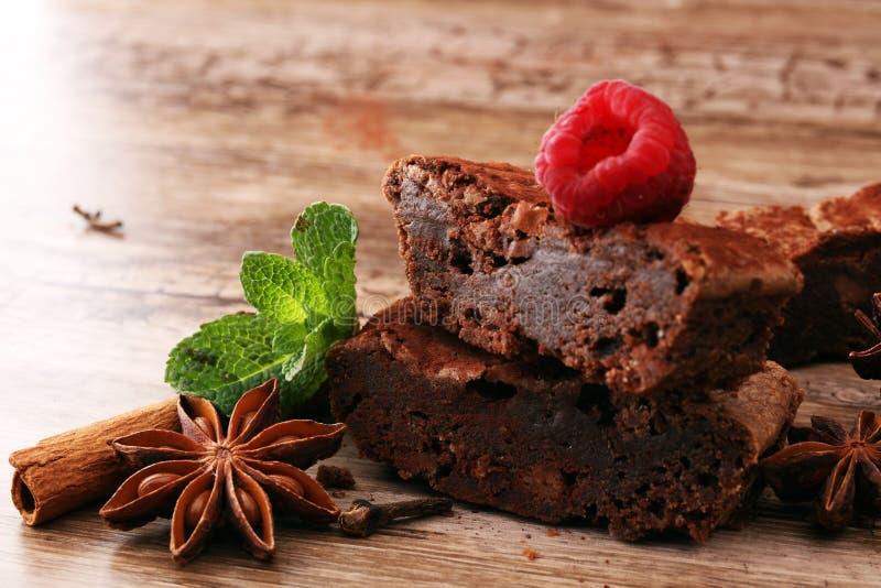Sobremesa do bolo da brownie do chocolate com canela e especiarias em uma corte fotografia de stock