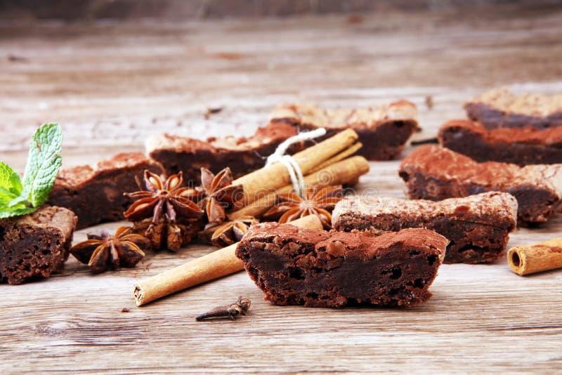 Sobremesa do bolo da brownie do chocolate com canela e especiarias em uma corte foto de stock royalty free