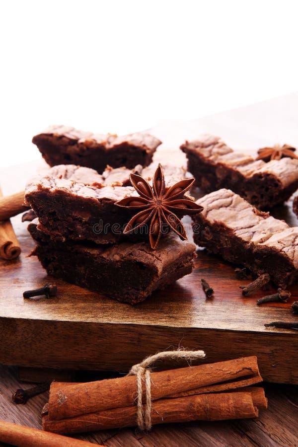 Sobremesa do bolo da brownie do chocolate com canela e especiarias em uma corte fotografia de stock royalty free