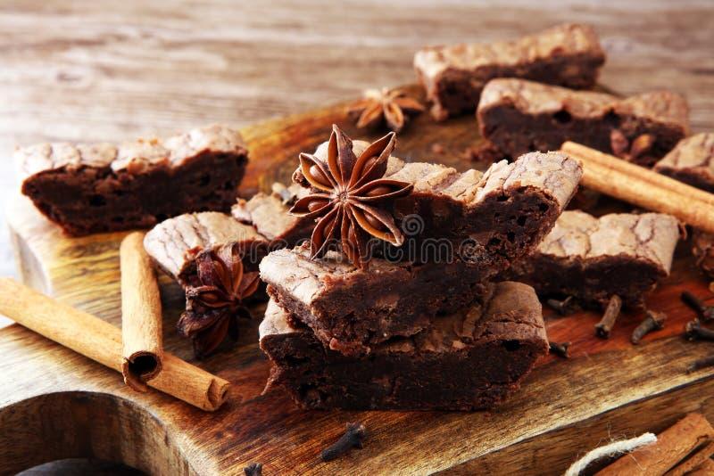 Sobremesa do bolo da brownie do chocolate com canela e especiarias em uma corte fotos de stock