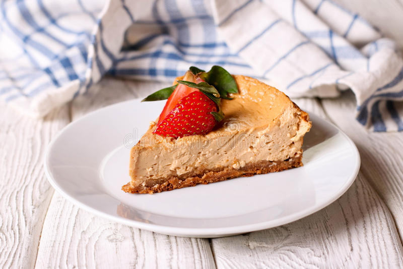 Sobremesa do caramelo de nata ou torta de fruta francesa, fatia de pudim do leite imagens de stock royalty free